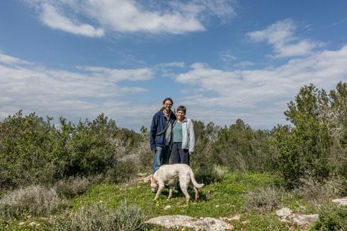 """נועה ודניאל שר עם הכלב נמש. """"כאן יש לנו ממש טבע בתוך העיר בלי שצריך להיכנס למכונית... זה לא עוד גן שעשועים קטן וכלוא"""" (צילום: אינסה ביננבאום)"""