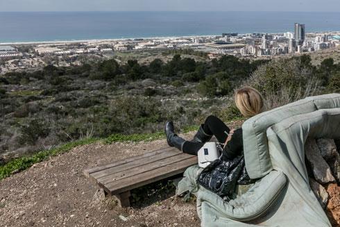 באופק נראות השכונות הסמוכות לים. שכונת פרס החדשה לא מתייחסת לאצטדיון הסמוך אליה (צילום: אינסה ביננבאום)