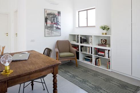 חדר העבודה נהנה מיותר אור ואוויר, בזכות החיבור לסלון (צילום: שי אפשטיין)