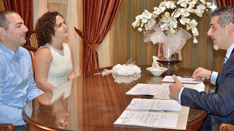 """""""מתוך סקרנות שאלתי את פקידת הקבלה כמה מתוך כל הזוגות שמגיעים להתחתן בשנה בלרנקה, הם ישראלים. התשובה שלה הייתה: המון. פשוט המון"""". שרון ובן זוגה בקפריסין ()"""
