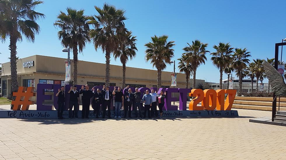 נציגי הנבחרות ליד לוגו (סמליל) היורובאסקט שהוצב בנמל תל אביב (צילום: איגוד הכדורסל) (צילום: איגוד הכדורסל)