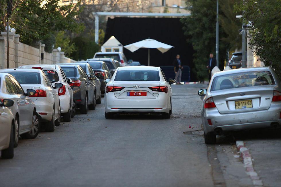 רכב חוקרי המשטרה מגיע למעון ראש הממשלה (צילום: עמית שאבי) (צילום: עמית שאבי)