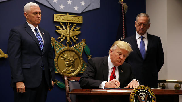 Trump signing second travel ban (Photo: Reuters)