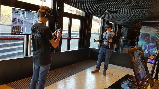 קרב עם משקפי מציאות מדומה (צילום: ירון דרוקמן)