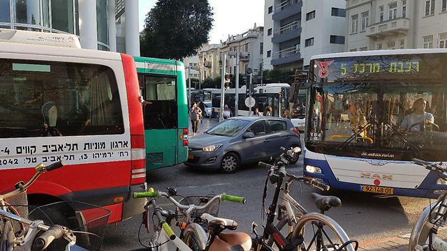 פקק בלב תל אביב. אין עדיפות לתחבורה ציבורית (צילום: אורן רייס) (צילום: אורן רייס)