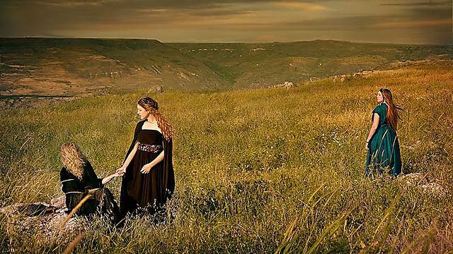 רות המואבייה עם עורפה ונעמי (צילום: דיקלה לאור) (צילום: דיקלה לאור)