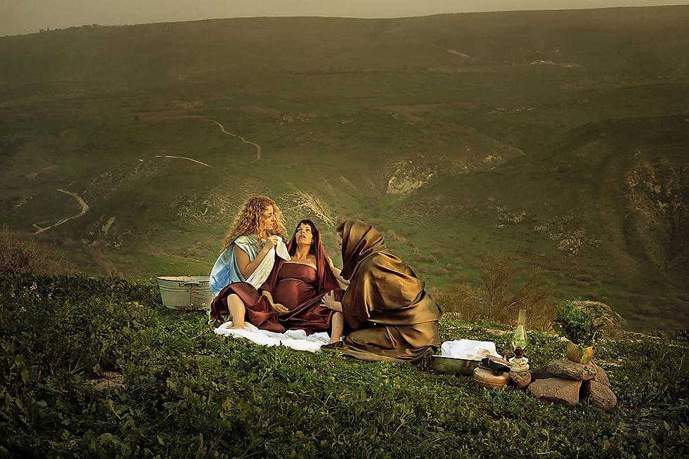 """המיילדות במצרים: """"לפי המדרש היו אלו יוכבד אמו של משה רבנו ומרים אחותו. יוכבד לא הייתה צעירה, ובתחילה בחרתי בשתי נשים מבוגרות יחסית - אבל ברגע שלפני הצילום, לקחתי לבסוף מישהי צעירה. אין לי דרך להסביר למה"""" (צילום: דיקלה לאור) (צילום: דיקלה לאור)"""