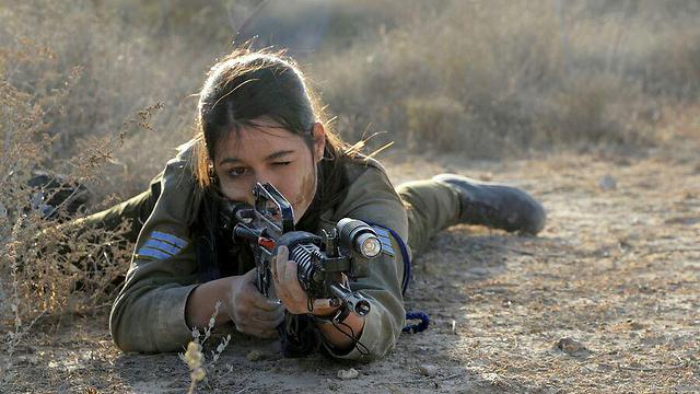 """לוחמת במערך ההגנה האווירית (צילום: דובר צה""""ל) (צילום: דובר צה"""