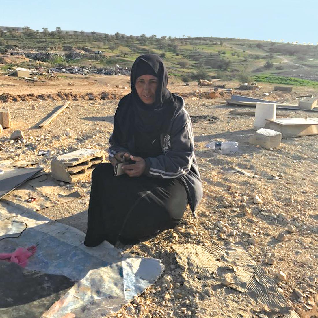 ראבעה אבו־אלקיעאן על הריסות ביתה