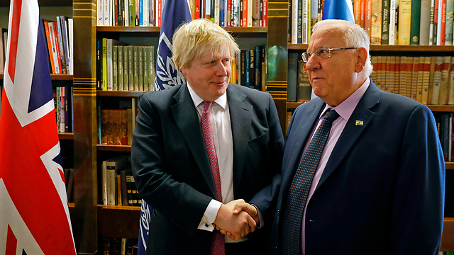 שר החוץ הבריטי ג'ונסון עם הנשיא ריבלין (צילום: AFP) (צילום: AFP)