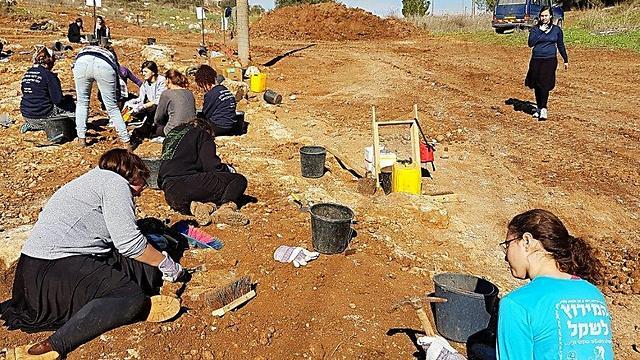 Pupils that volunteered for the excavation (Photo: Irina Zilberbod, courtesy of IAA)