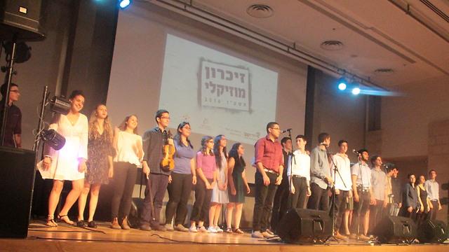 רגע השיא: יום הזיכרון לשואה ולגבורה, מופע מוזיקלי עם זיכרנות ושירים