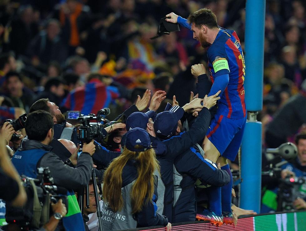 גם הוא לא האמין. מסי עם האוהדים רגע אחרי (צילום: AFP) (צילום: AFP)