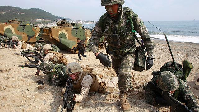 סיוע לוגיסטי וארטילרי למורדים הסורים. חיילי מארינס אמריקנים (צילום: AP) (צילום: AP)