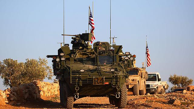 """כוחות אמריקניים עם דגל ארה""""ב באזור מנביג', סוריה (צילום: AFP) (צילום: AFP)"""