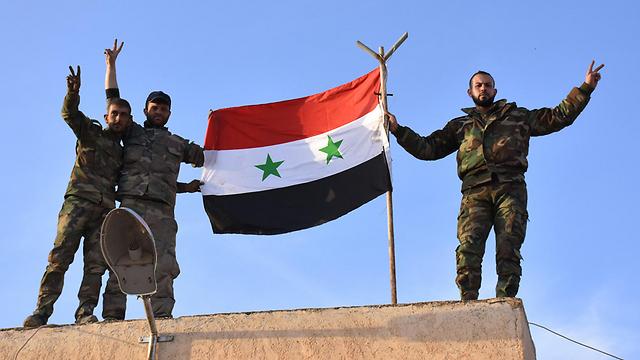 משתפים פעולה עם דאעש? חיילים סורים בחלב (צילום: AFP)