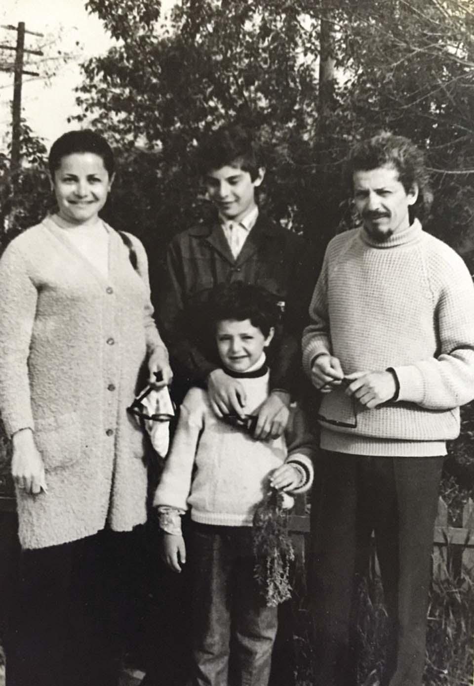 1974 г. Женя Кандель с родителями и младшим братом. Фото из личного архива семьи Кандель