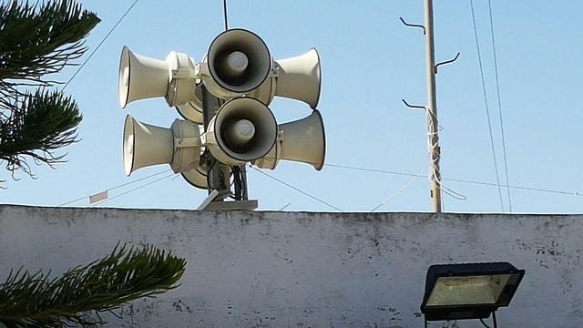 """רמקולים על גג העירייה השמיעו """"אללה אכבר"""" ()"""