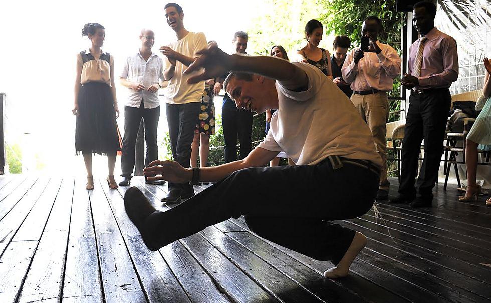 ימים שמחים יותר: הדר רוקד בחתונתו של חמי (צילום: יעל הרמן)