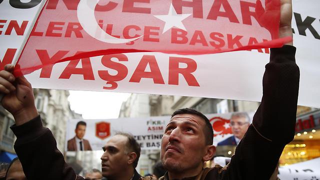 הפגנה נגד הולנד בקונסוליה באיסטנבול (צילום: EPA)