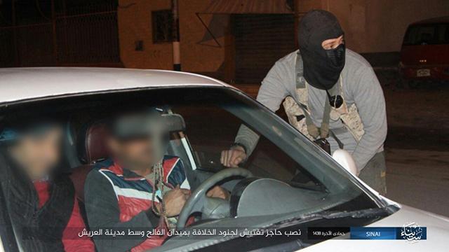 אנשי דאעש עוצרים נהגים ובודקים תעודות