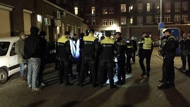 המשטרה ההולנדית מקיפה את השרה הטורקית (צילום: NOS)