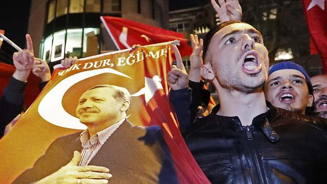 מפגינים טורקים ברוטרדם, אמש (צילום: רויטרס)