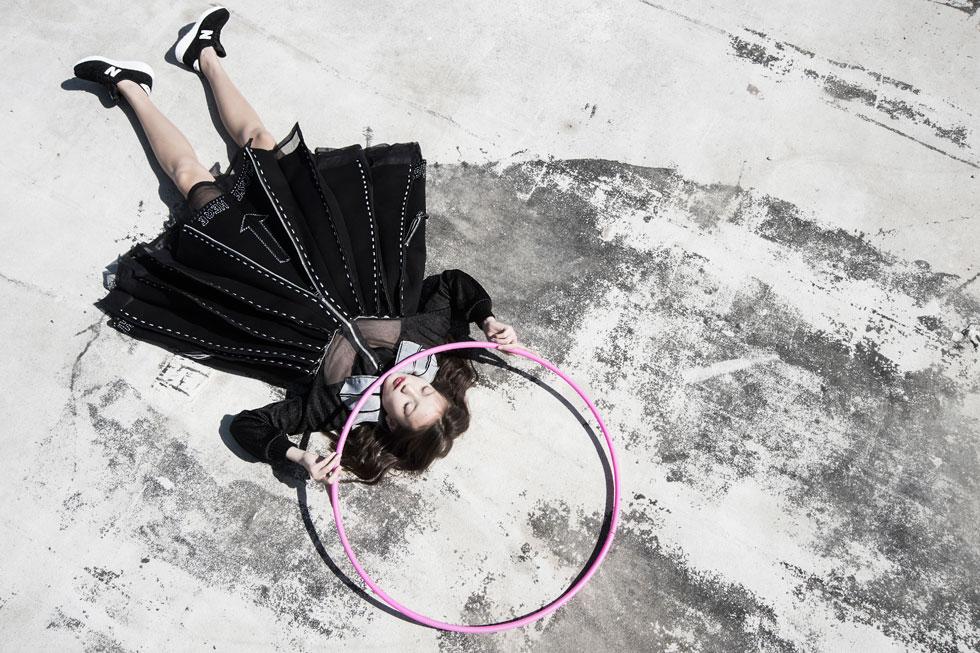 שמלה, לירון שרביט; נעליים בכל הפקת האופנה, ניו באלאנס (צילום: איתן טל)