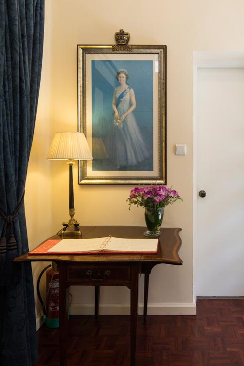 במבואת הכניסה דיוקן המלכה הצעירה וספר אורחים (צילום: טל ניסים)