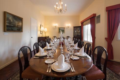 חדר האוכל הרשמי, עם שולחן עץ קלאסי ומרשים (צילום: טל ניסים)