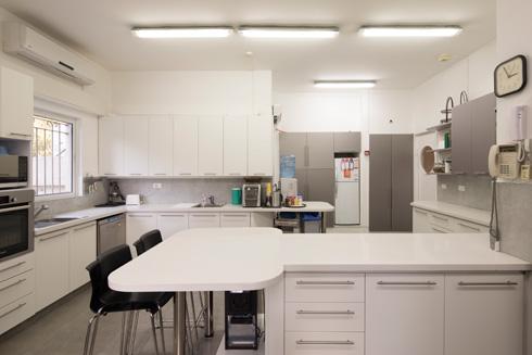 השף שומר כשרות, ובארונות המטבח המצוחצח תה ''ליפטון'' פשוט (צילום: טל ניסים)