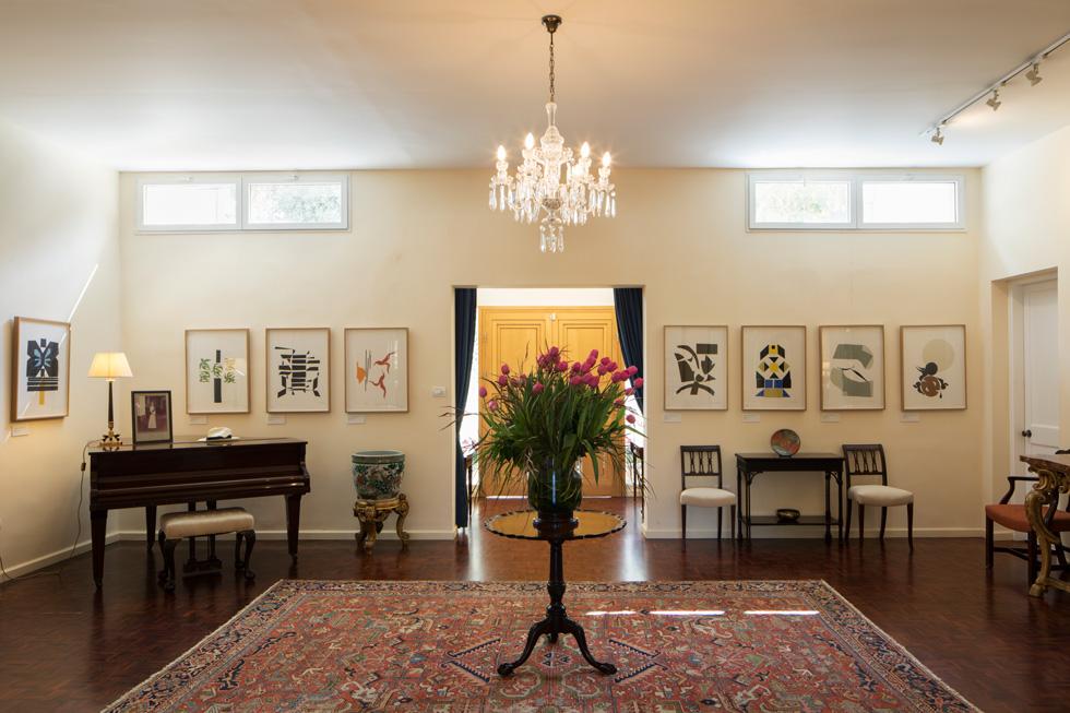 העיצוב מודרני וענייני, נטול קישוטים כמעט. במבואה הרשמית עומד פסנתר כנף שחור ובוהק, ועל הקירות סדרת הדפסים של האמן הבריטי רוברט מדלי, המתארים את סיפורו של שמשון הגיבור (צילום: טל ניסים)