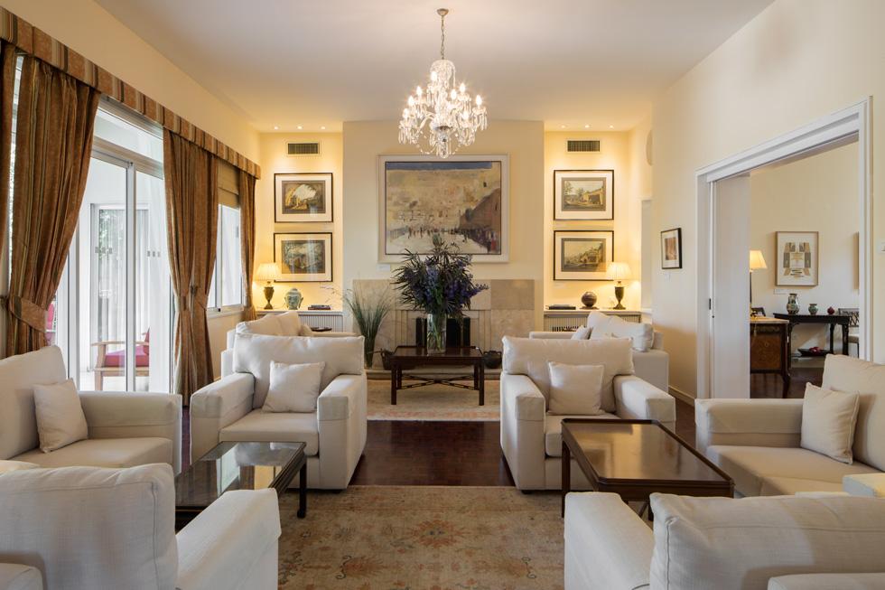 הסלון הרשמי. מה שמעניק לחדר אופי הן היצירות התלויות על הקירות בכל החדרים. הן שייכות לאוסף האמנות הממשלתי של בריטניה (צילום: טל ניסים)