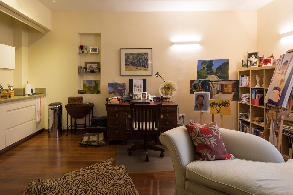 חדר העבודה הוא גם סטודיו לציור, שבו מתרגל בן הזוג הנריקז את תחביבו. הוא לוקח שיעורי ציור במוזיאון פתח תקווה לאמנות (צילום: טל ניסים)