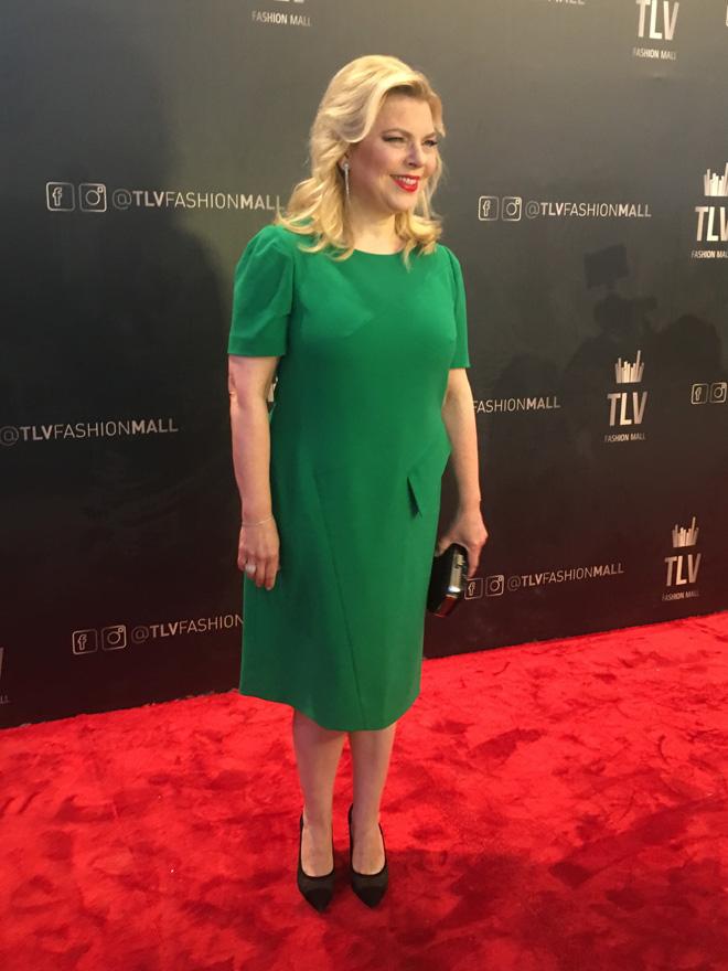 שרה נתניהו על השטיח האדום בשמלה ירוקה של המעצבת הישראלית אליאן סטולרו. אהבתם? (צילום: אביב וינברגר)