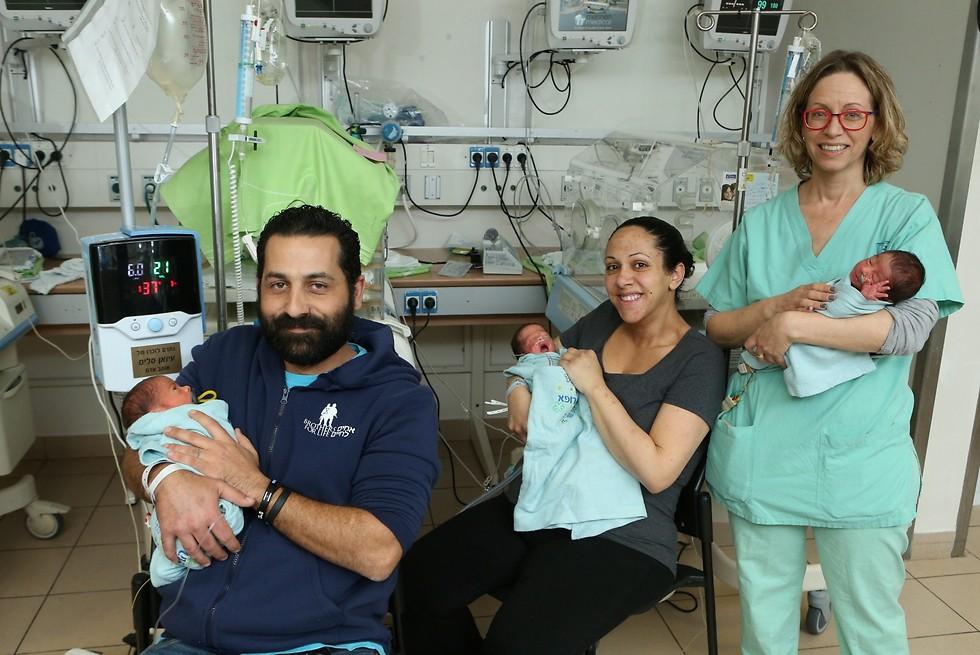 שלישייה בהפתעה. ברק ומיטל מירון עם האחות והתינוקות (צילום: צביקה טישלר) (צילום: צביקה טישלר)