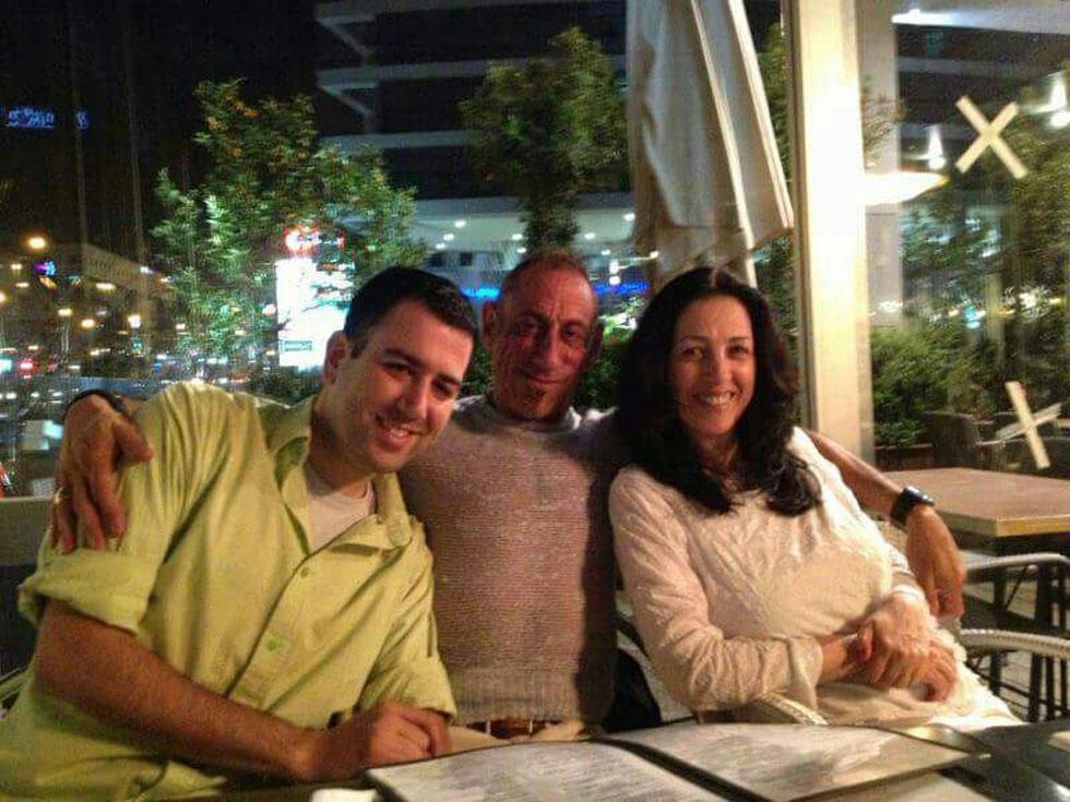 """שיר אביב (משמאל) עם אביו קלייב ואמו נורית באחד מביקוריו של האב בארץ. """"בפעם הראשונה בקושי דיברנו"""", אומרת האם (מתוך אלבום פרטי)"""