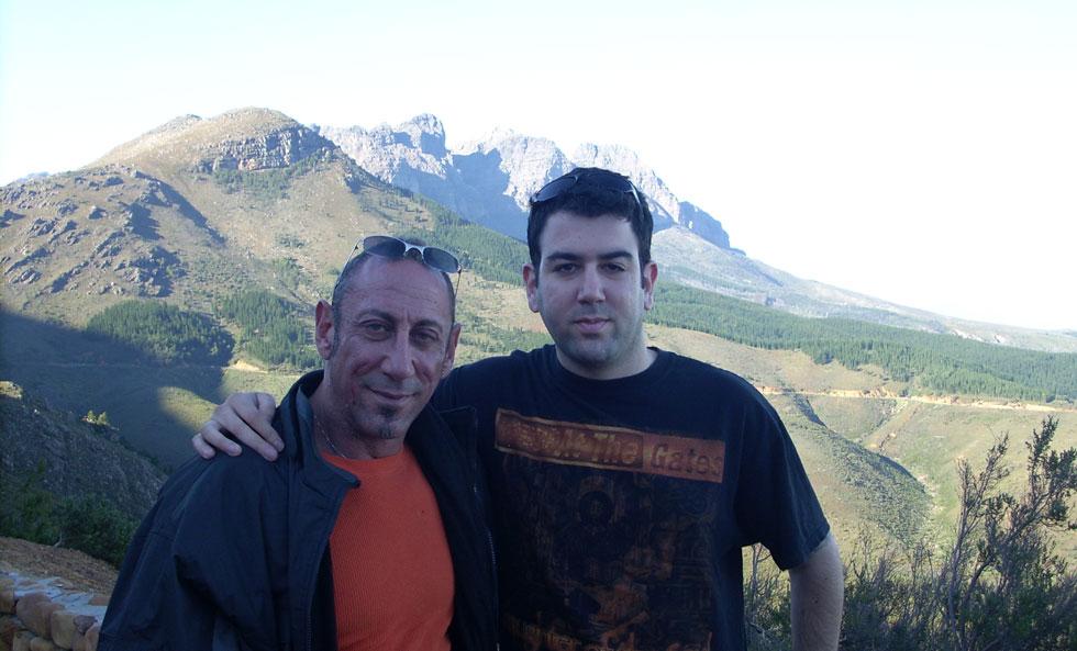 """שיר אביב עם אביו קלייב מוסיקנט בטיול בדרום אפריקה. """"הוא ידע שאני חייל וחשש שאם יקרה לי משהו במלחמה, הוא לעולם לא יראה אותי"""" (מתוך אלבום פרטי)"""