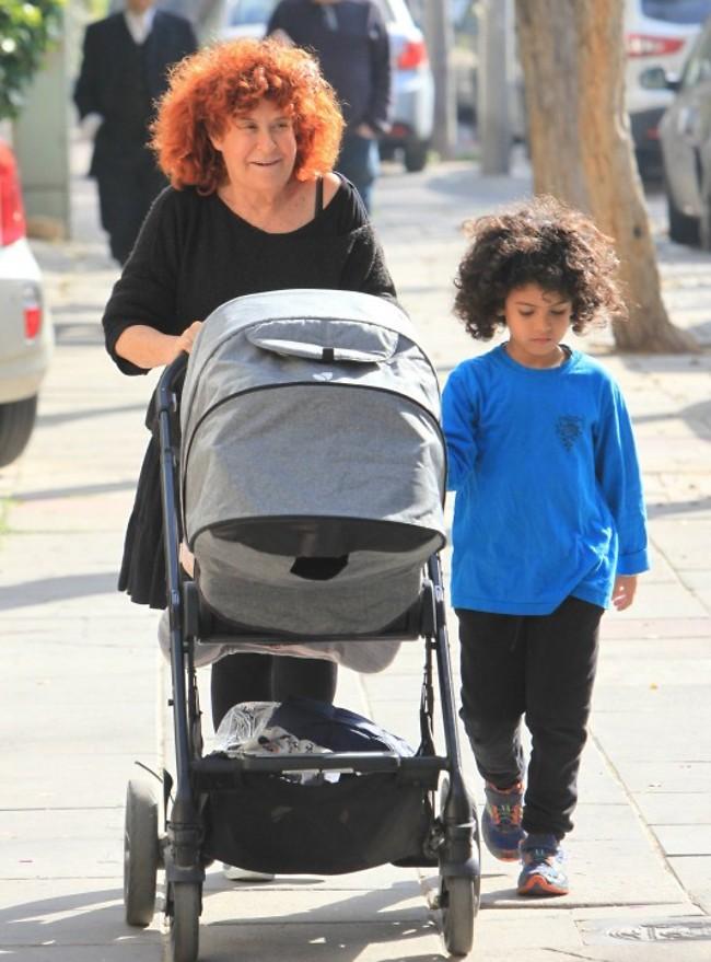 ציפי ללא הפסקה. שביט עם הנכדים דניאל והתינוק אביב (צילום: מוטי לבטון)