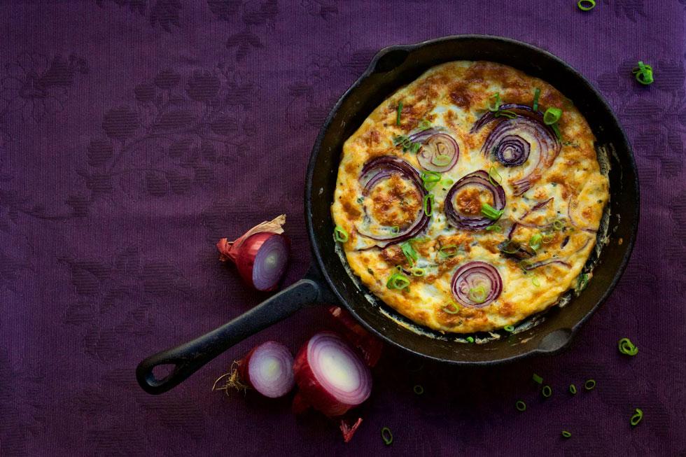 פריטטה עם בצל סגול, גבינת עזים וטימין (צילום: מירב גביש)