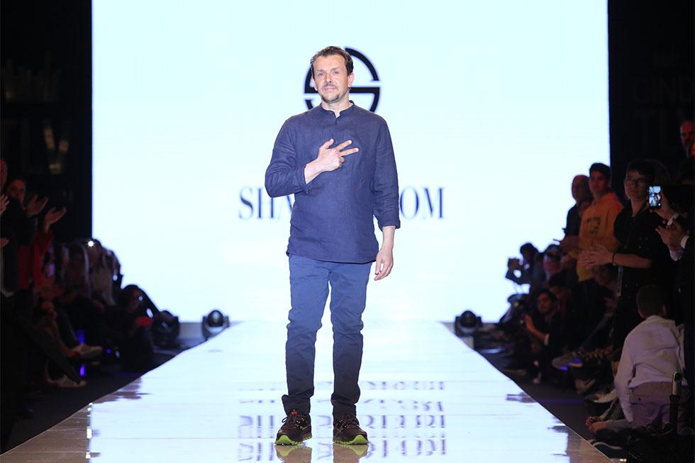 המעצב שי שלום בסיום תצוגת האופנה שלו (צילום: אורית פניני)