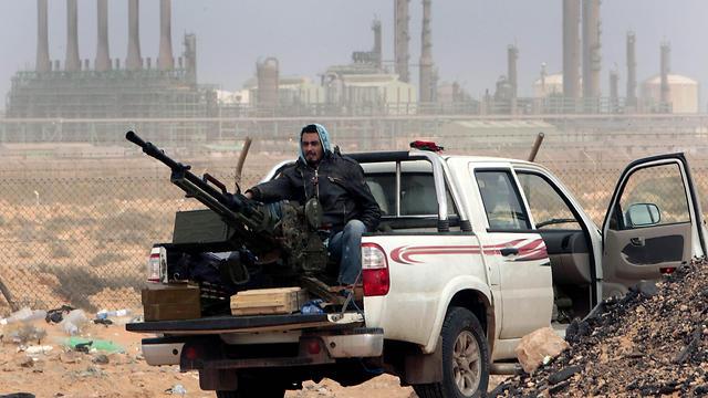 Libyan rebels in oil fields (Photo: AP) (Photo: AP)