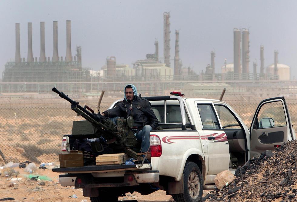 """""""פעולה שנועדה לתמוך בגנרל חפתר בעקבות התבוסה במתקפה על שדות נפט"""". לוחם מכוחות המורדים בשדה נפט במזרח לוב (צילום: AP)"""