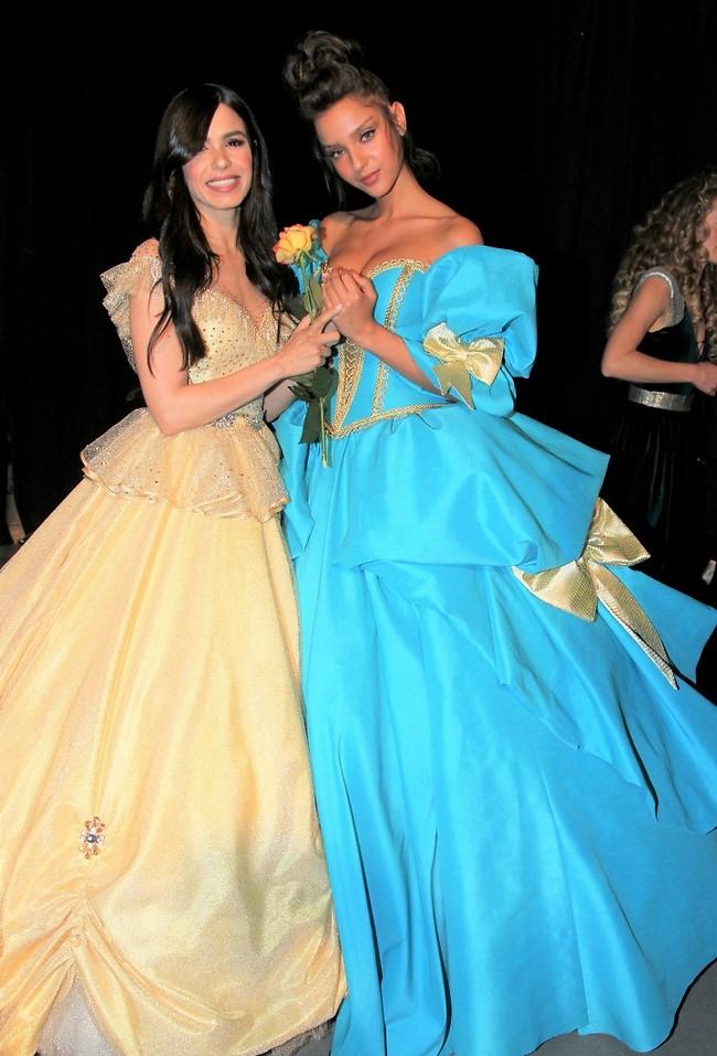 נטע אלחמיסטר ומיכל ויצמן מצליחות להתחבק למרות השמלות הנפוחות (צילום: ראובן שניידר)