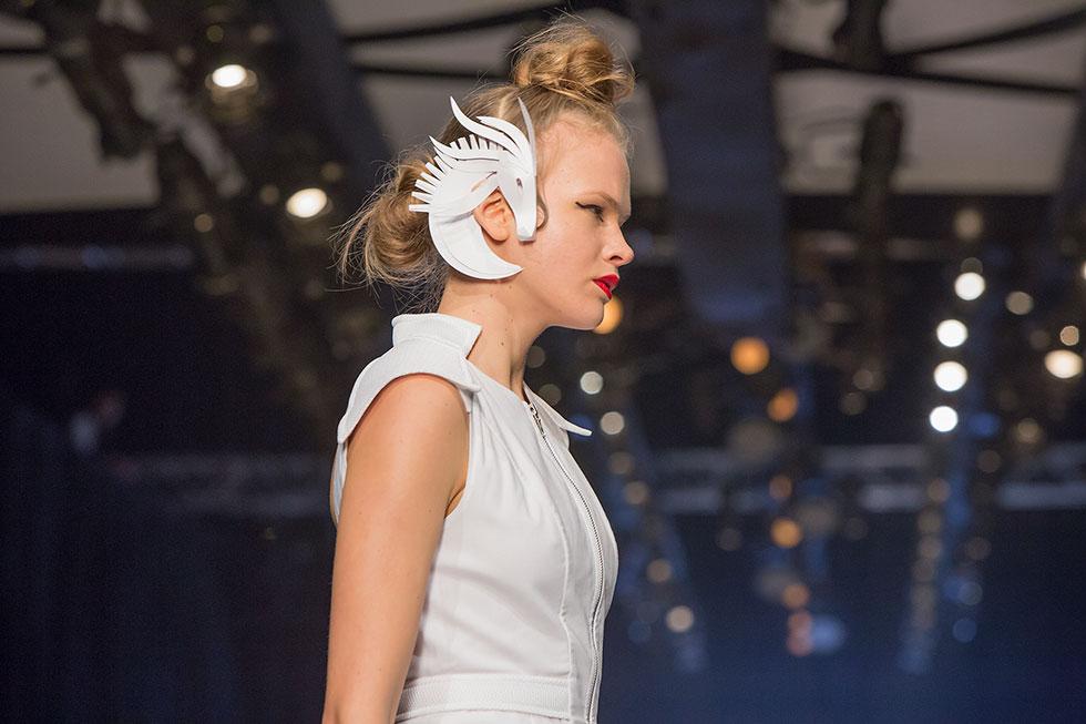 איפור תיאטרלי ותכשיטי נייר של האמנית מרב פלג, שהולבשו על האוזניים כקישוט עתידני (צילום: ענבל מרמרי)