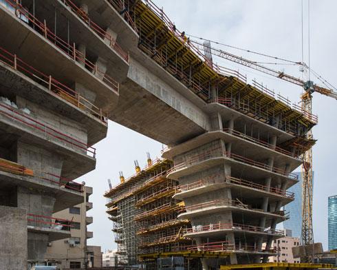 הבנייה של המגדל הראשון כבר בעיצומה: 28 קומות (צילום: רון ארד אדריכלים)