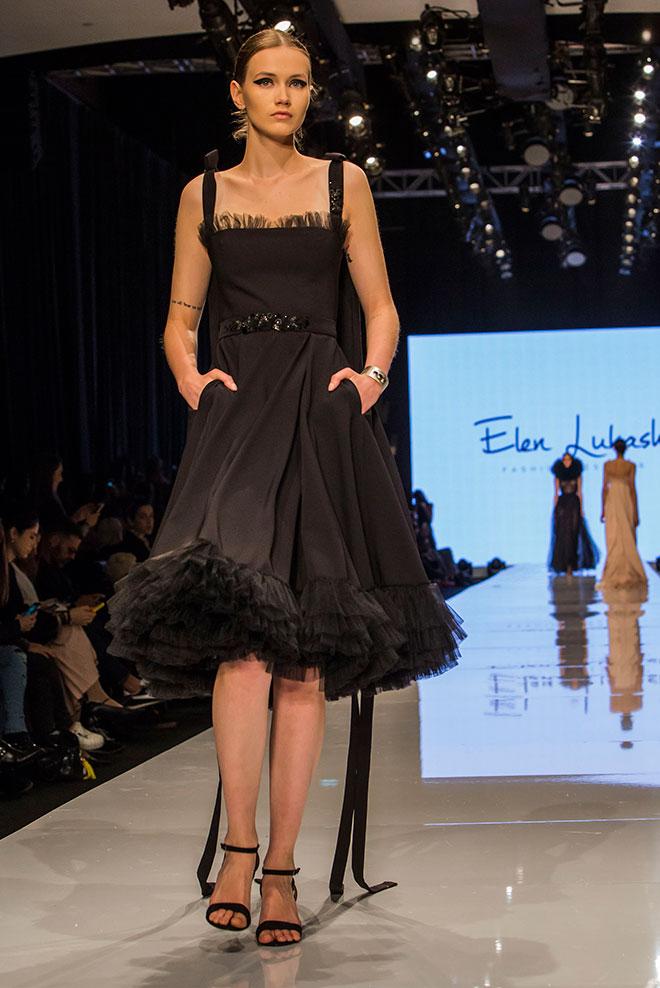 """""""השמלה הזאת מאוד יפה. מעט חשוף לי, אבל אפשר לסגור את המחשוף או ללבוש משהו מתחת"""". התצוגה של אלן לוקאש  (צילום: ענבל מרמרי)"""