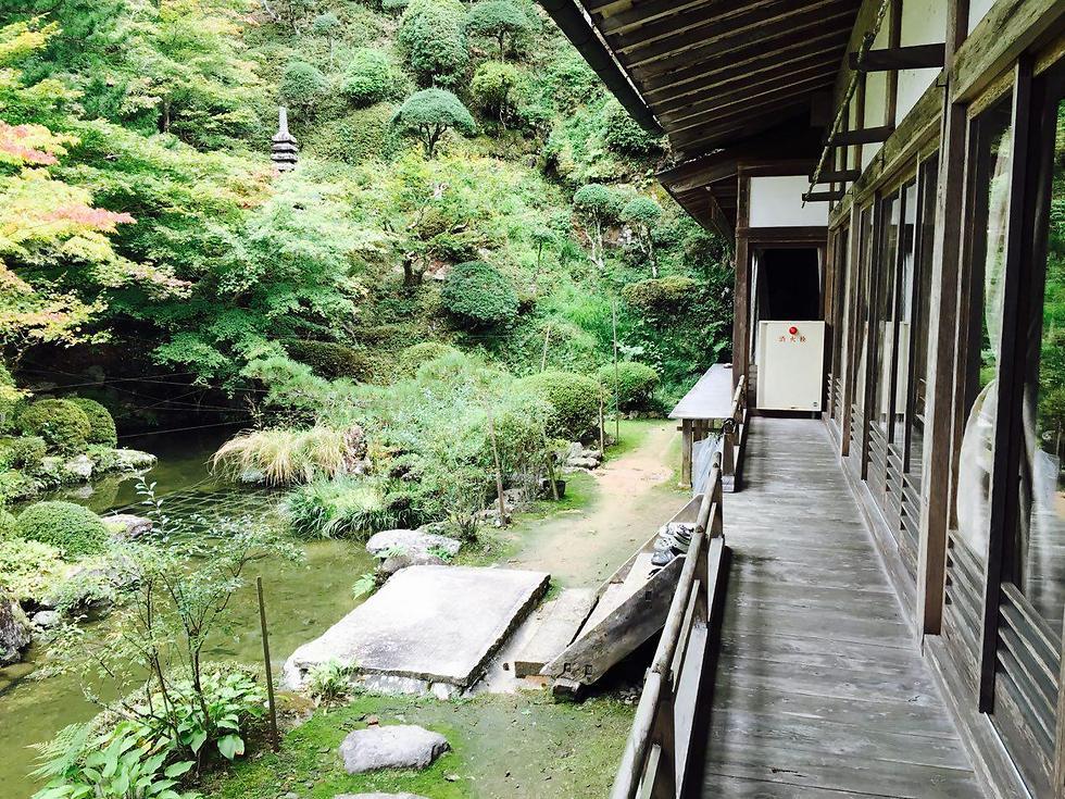 מצד ימין מסדרונות העץ במנזר ומשמאל הגינה היפה (צילום: שירי הדר)