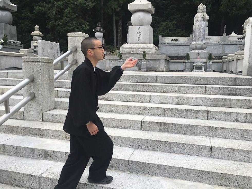 אחד הנזירים הצעירים מסביר בענווה גדולה על המקום הקדוש (צילום: שירי הדר)
