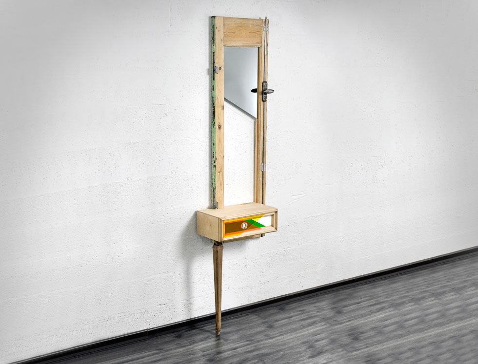 Guillotine Mirror הוא רהיט קיר זקוף שעומד על רגל אחת, במרכזו מגירה ומעליה מראה שצורתה כצורת גיליוטינה (צילום: אורי גרון)